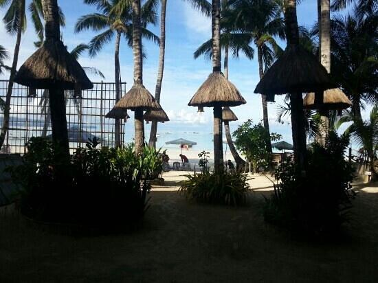 Boracay Royal Park Hotel: 아침에 프론트에서 비치전경