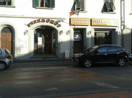 Pizza Shop: l ingresso e sulla via principale