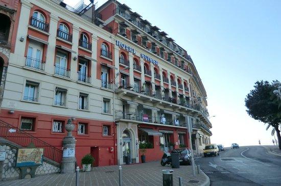 Hotel Suisse: Hotel-Vorderseite direkt an Küstenstraße gelegen ohne Parkplatz