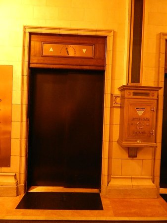Hotel 340 : Elevator and mail box