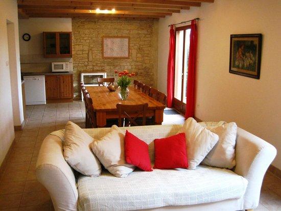 Crezieres, Francja: La Grange living area at Les Hiboux cottages, France