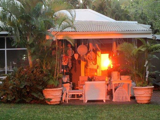 Kingfisher Lodge: coucher du soleil sur la maison