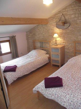 Crezieres, Francja: La Grange bedroom at holiday home