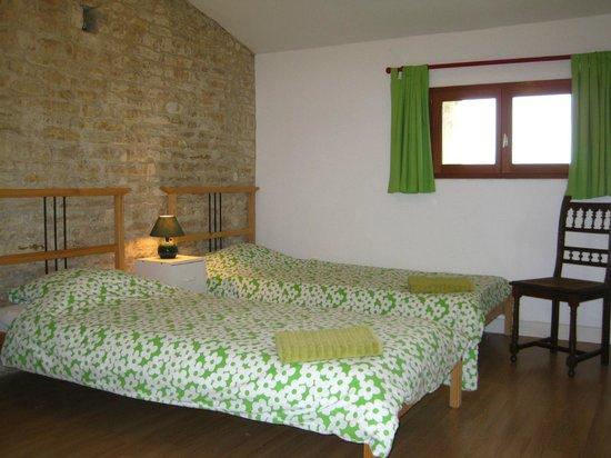 Crezieres, Francja: Le Noisetier bedroom at Les Hiboux holiday cottages