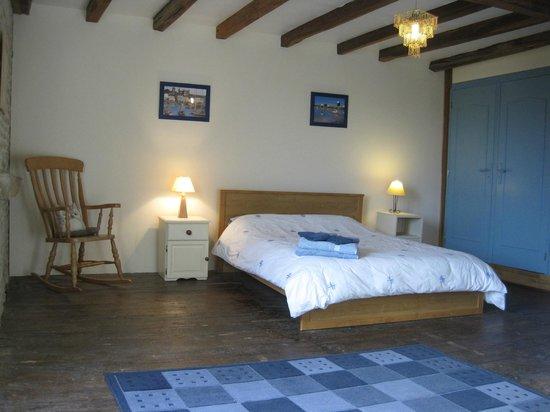 Crezieres, Francja: Bedroom at Les Hiboux farmhouse rental