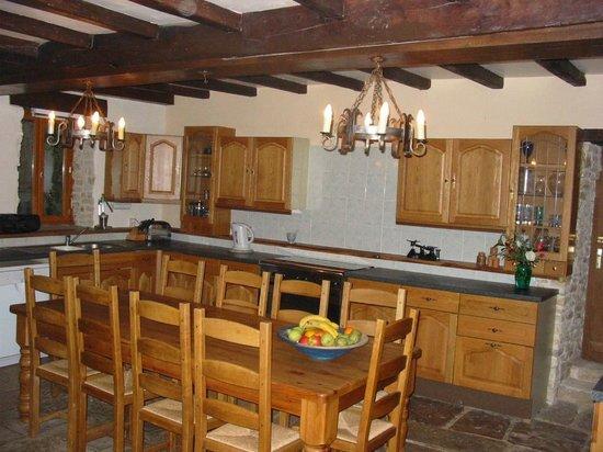 Crezieres, Γαλλία: Kitchen at self-catering gites, Les Hiboux