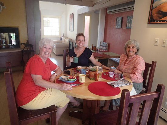 Inn on the Paseo : Rebeca (Bee) at breakfast with guests
