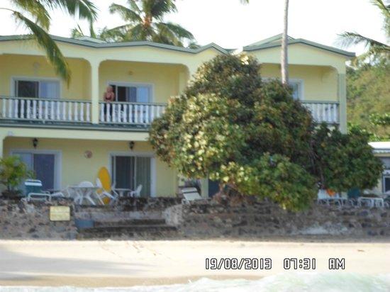 Sebastian's on the Beach: Vista al hotel desde el mar