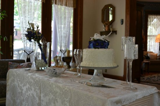 Benner House Bed and Breakfast: Benner House Wedding, Cake by Cyndies Cakes