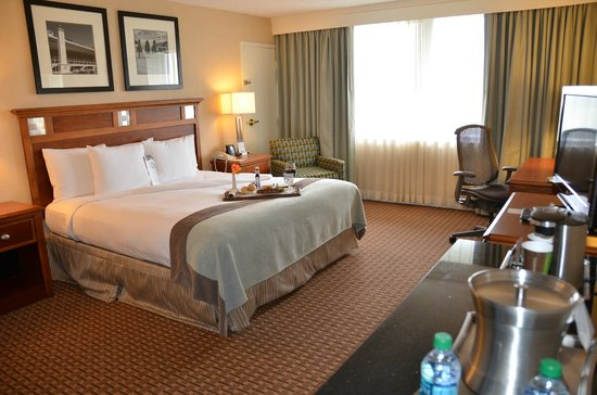 DoubleTree by Hilton Baltimore North - Pikesville: King Bed Guest Room