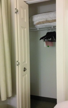 SpringHill Suites Chicago Schaumburg/Woodfield Mall : small closet