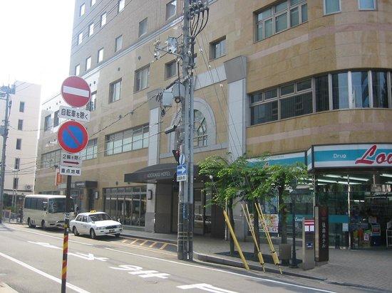 Okayama Koraku Hotel: 隣はコンビニと郵便局
