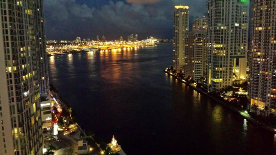 Kimpton EPIC Hotel: Biscayne Bay from the patio at night