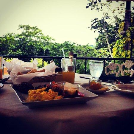 San Ignacio Resort Hotel: Breakfast in the jungle!  Delicious!