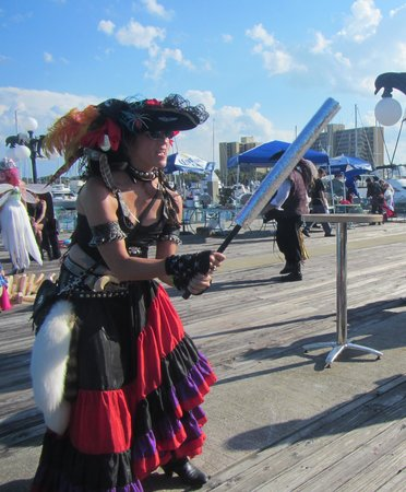 Blue Grotto Restaurant and Nightclub: Aamazing Pirate Lady