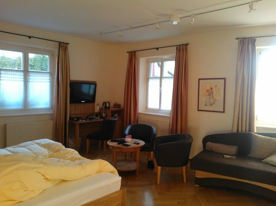 Alte Post Hotel-Gasthof : big windows in the room