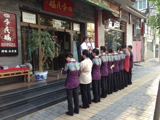 Siji Minfu Restaurant Peking Roast Duck (Dengshikou): Wait staff receiving their pre-dinner instructions