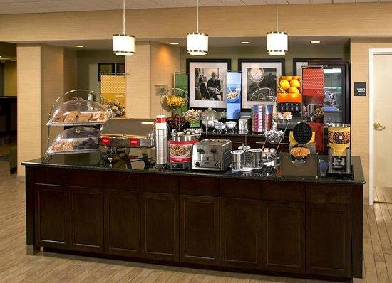 Hampton Inn Fairfax City: Free Breakfast Buffett
