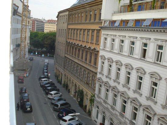 AllYouNeed Hotel Vienna 2: Vista desde la habitación: al fondo el canal del Danubio