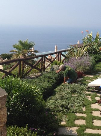 Monastero Santa Rosa Hotel & Spa: maintaining all the gardens. alot of work, daily.