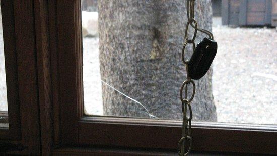 Virginia Lakes Resort: Broken Window
