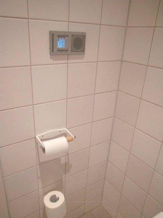 Townhouse Hotel Maastricht : Radio in bathroom