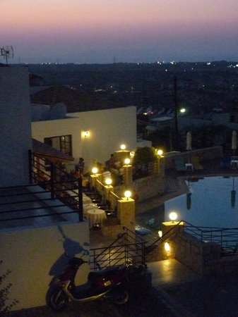 Amazones Village Suites: View to the hotel in the evening