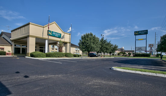 Executive Inn & Suites: Exterior with Signage