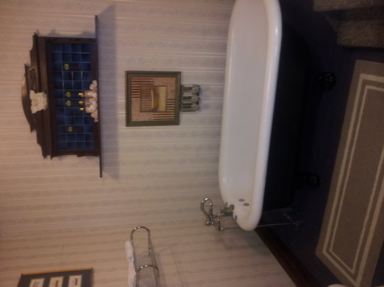 Whitmore Mansion Bed and Breakfast : honeymoon suite, clawfoot tub