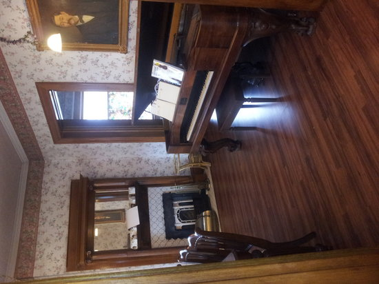 Whitmore Mansion Bed and Breakfast : piano room