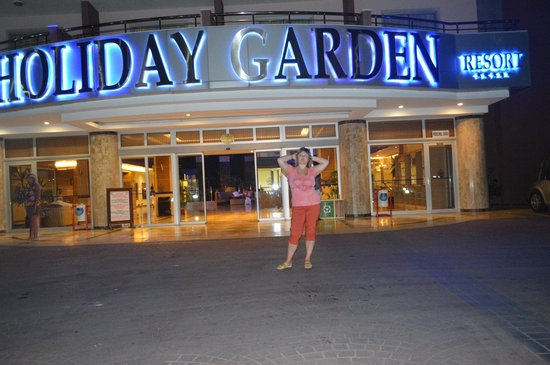 Holiday Garden Resort: вид с дороги
