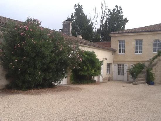 Chateau de Beau Site: la cour de la maison