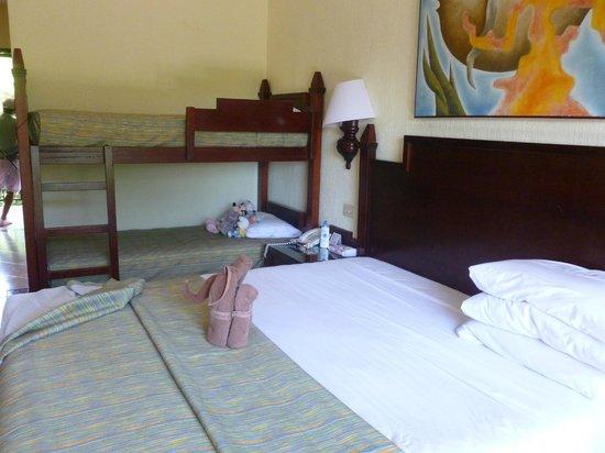 Hotel Riu Lupita : notre chambre avec le lit des enfants