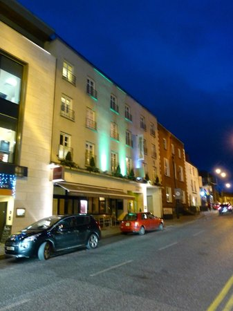 Pembroke Kilkenny: Exterior at night