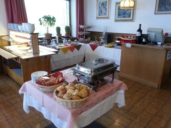 Hotel Col di Lana: Il ricco buffet per la colazione
