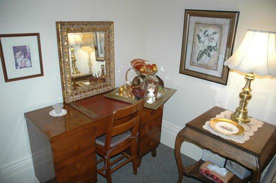 Sommerville Court Motel Bed & Breakfast : Tennant Rm. desk & wifi