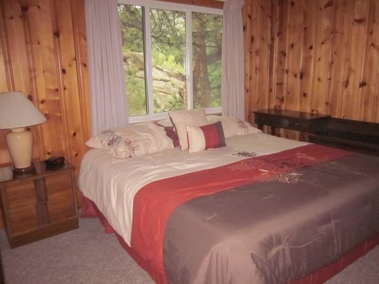 Blackhawk Lodges: large, comfortable bed