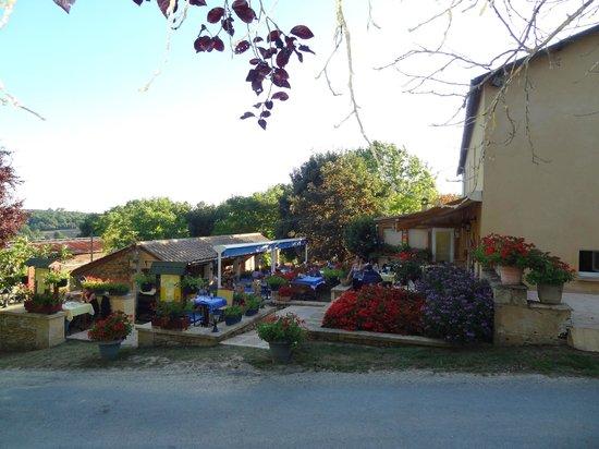 Auberge La Ferme du Brusquand : Une superbe terrasse d'été.