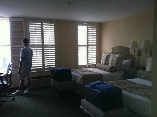 Parkview Hotel: Large room with cute decor and huge windows