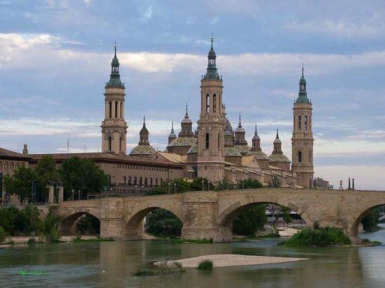 Hotel GIT Ciudad de Zaragoza : Basilica, Ebro river