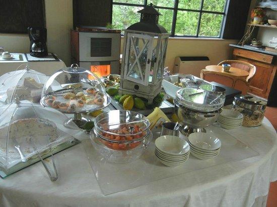 Albergo Ristorante La Macchia: Complimentary breakfast table.