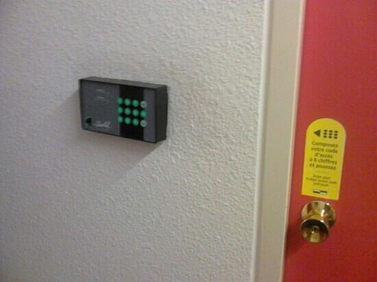 Hotel Class'eco Charleroi: Entrada habitación