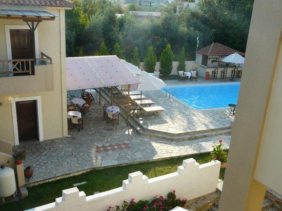Sun Accommodation: vista della piscina dalla stanza