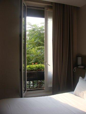 Libertel Austerlitz Jardin des Plantes: Ventanal del cuarto, vista a la calle