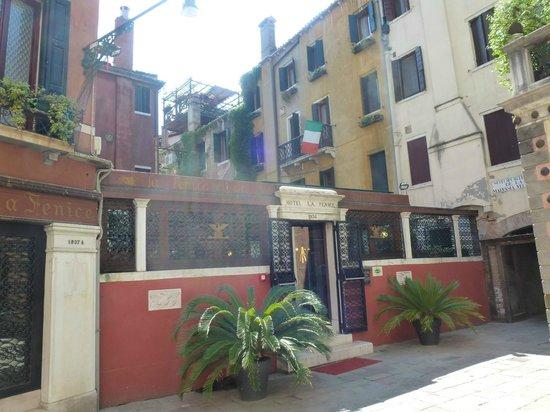 Hotel La Fenice Et Des Artistes: La entrada del hotel