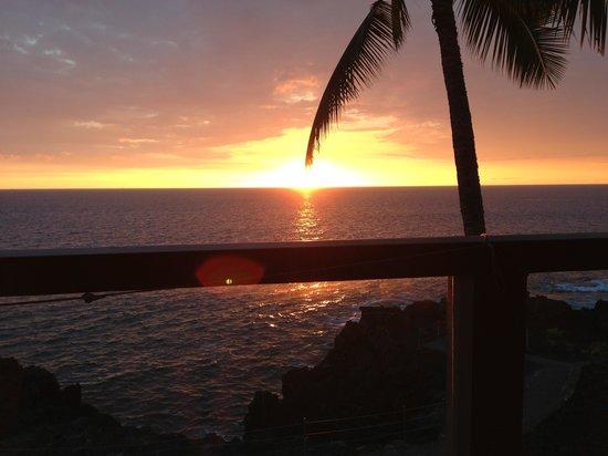 Keauhou Kona Surf & Racquet Club: sunset from lanai