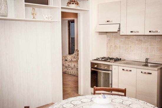 Villa Zara : Angolo cucina e soggiorno appartamento