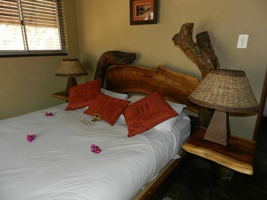 Nkorho Bush Lodge: Flowers on the Bed