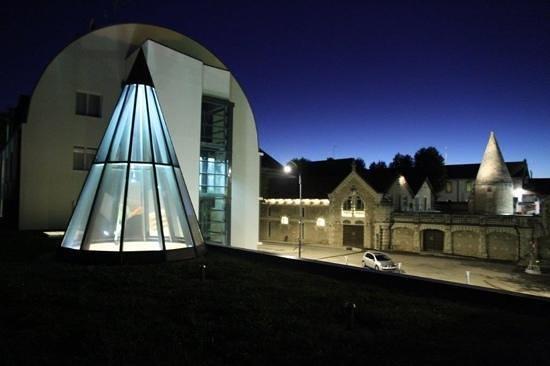 Ibis Styles Beaune Centre : Blick vom Altbau über Empfang auf Neubau und Stadtbefestigung