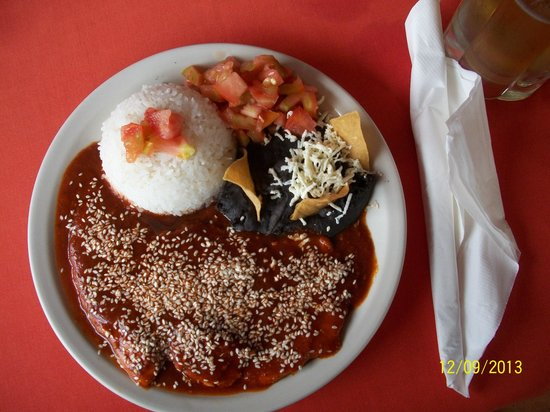 La Casona: chipolte plate with rice, black beans and tomatoes